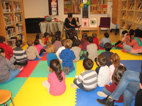 Groep kinderen luisternd naar een verhaaltje